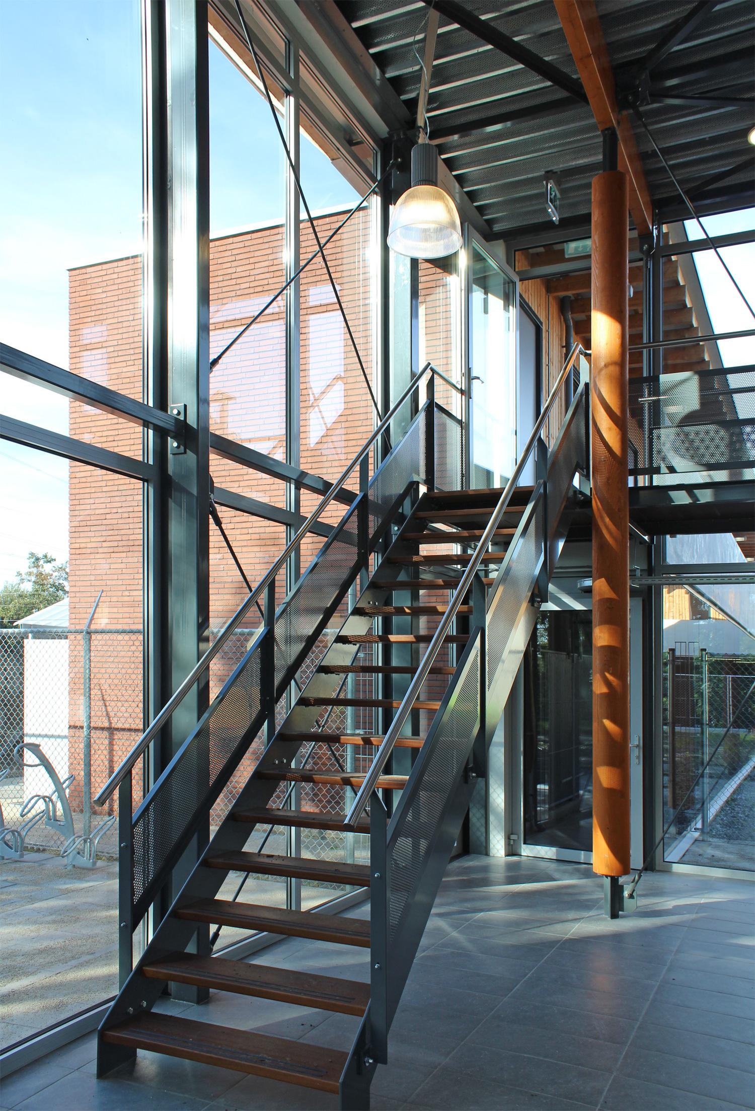 nieuwbouw-dierenasiel-stalen-trap-5