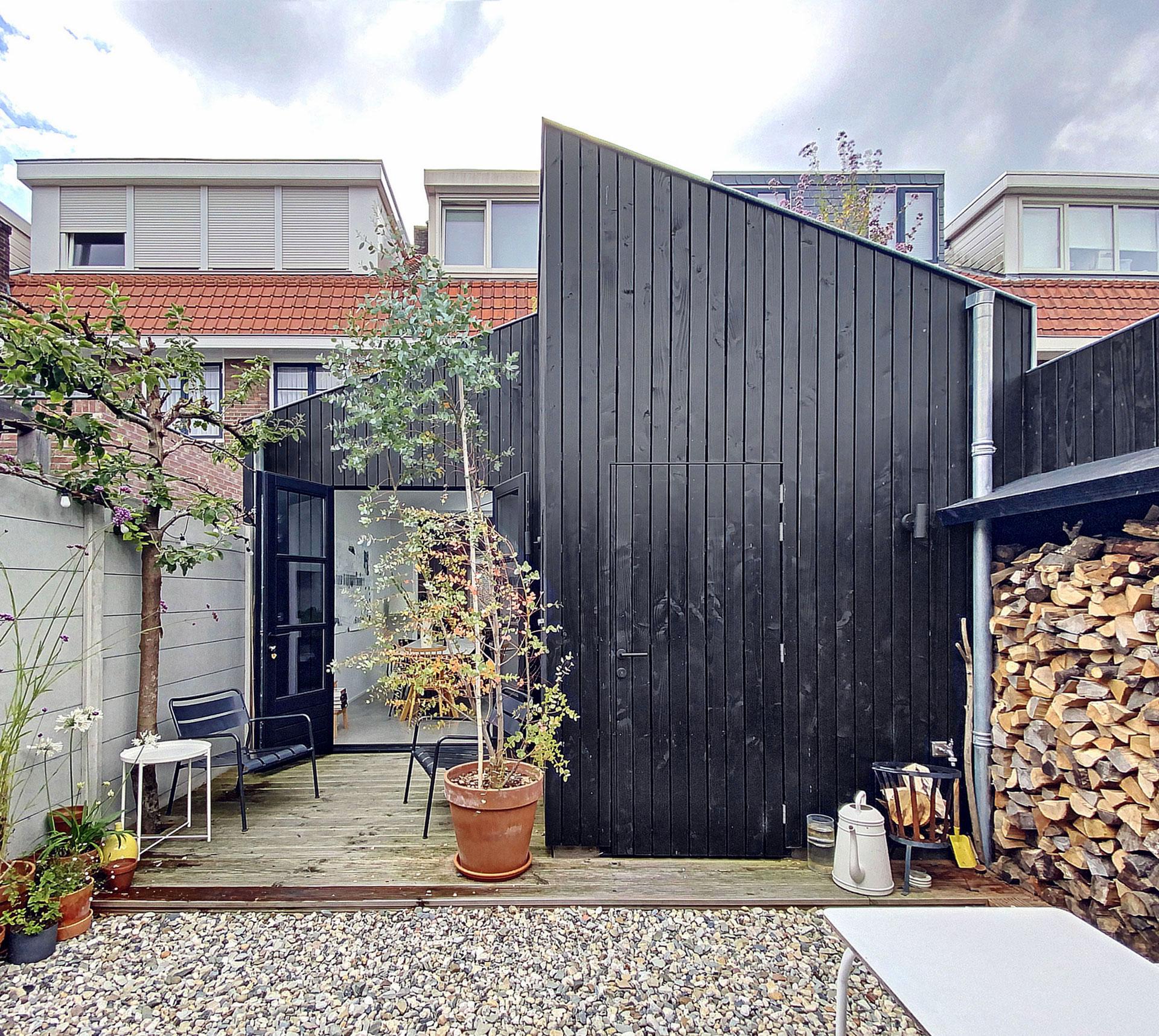 Aanbouw-houten-gevelbekleding-zwart-architect-Breda-1