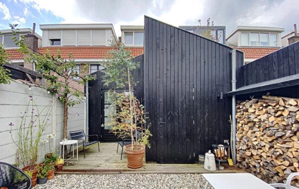 Aanbouw in hout met groen dak