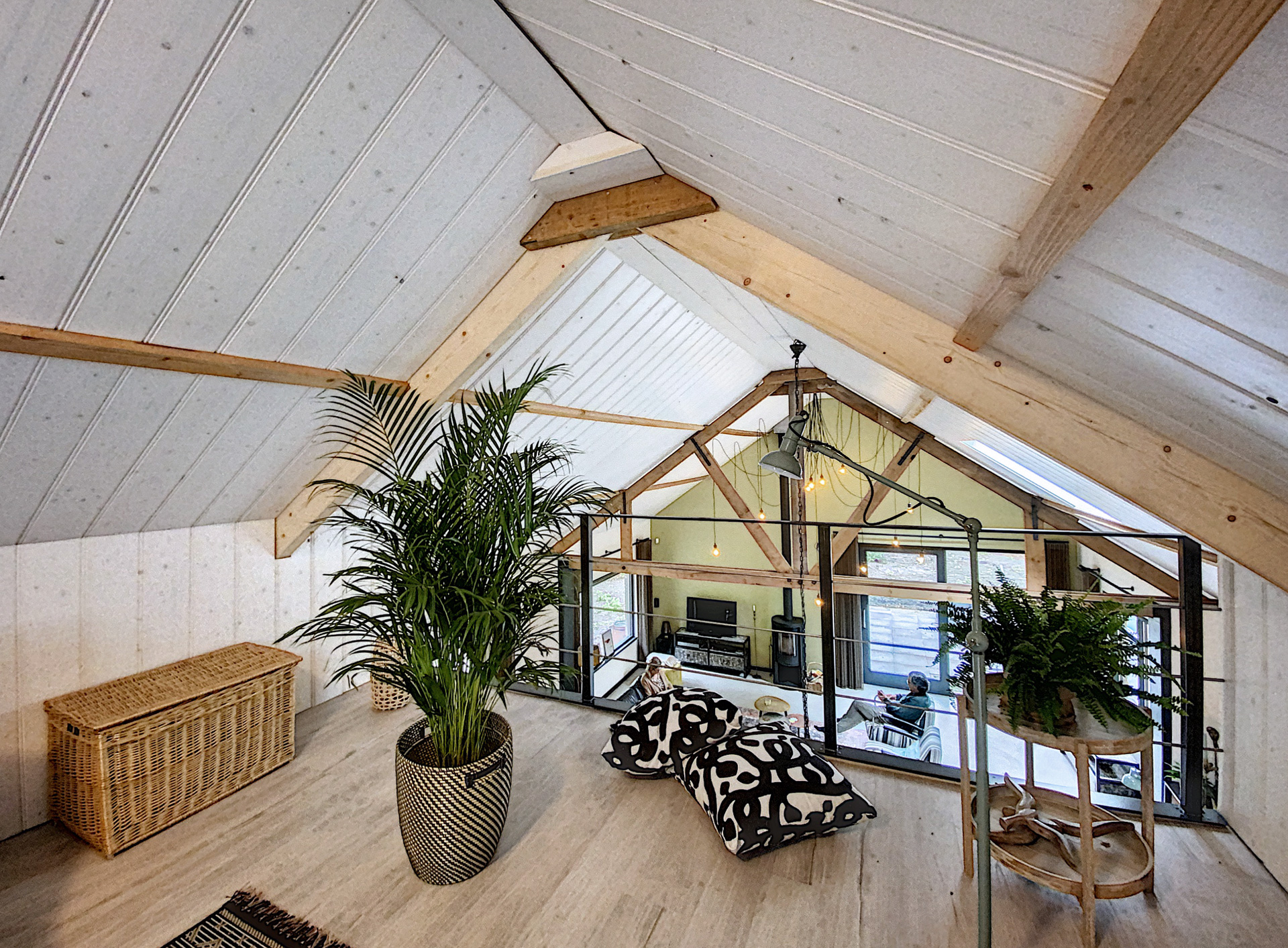 Verbouwing-woning-entresol-houten-spanten-in-het-zicht-7