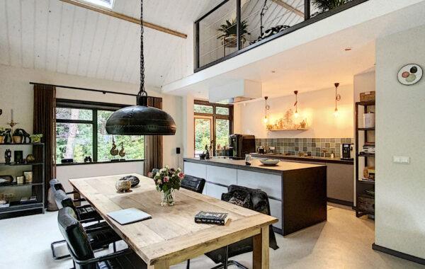 Verbouwing en restyling woning met spanten in het zicht