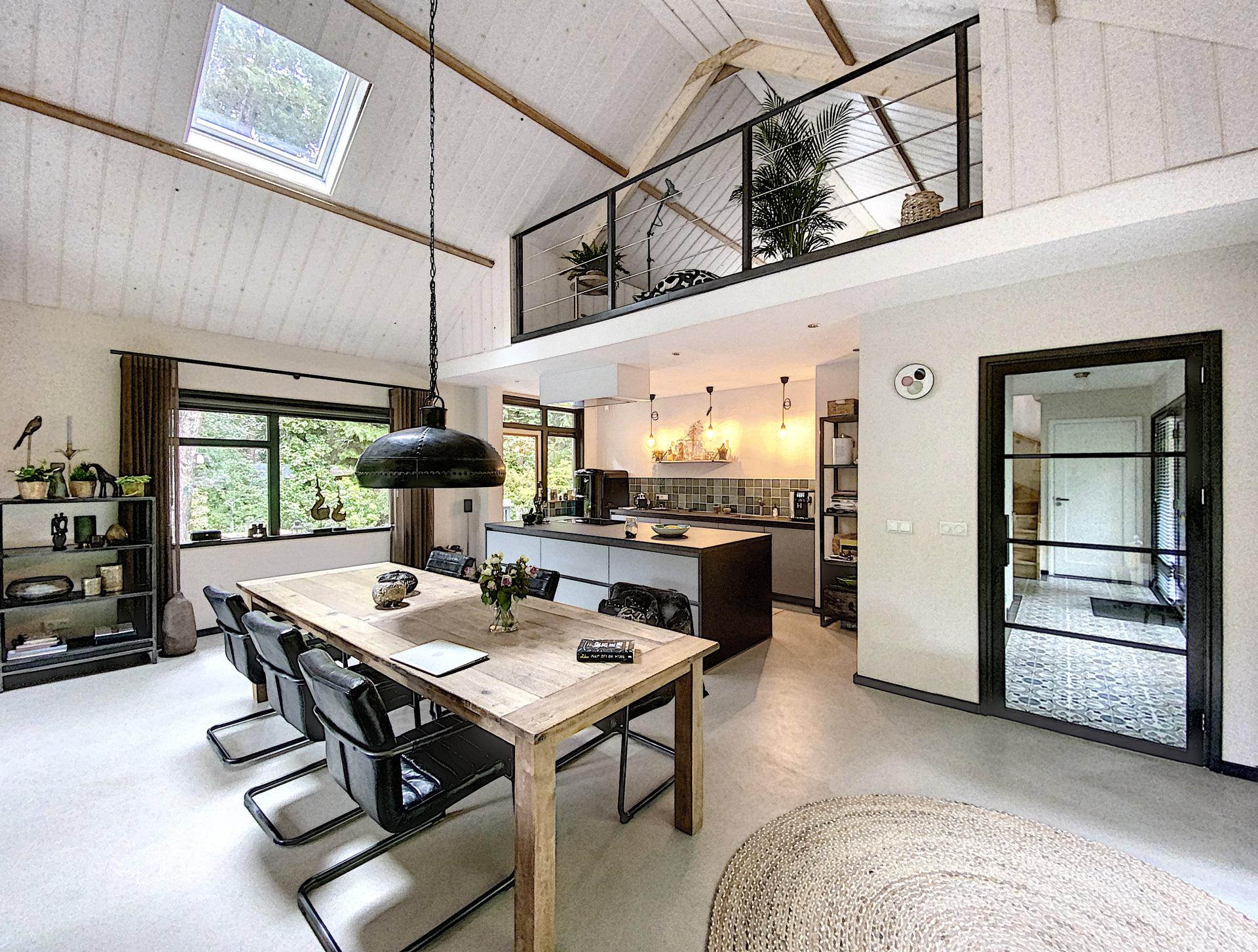 Verbouwing-woning-houten-balken-en-stalen-binnendeuren-3