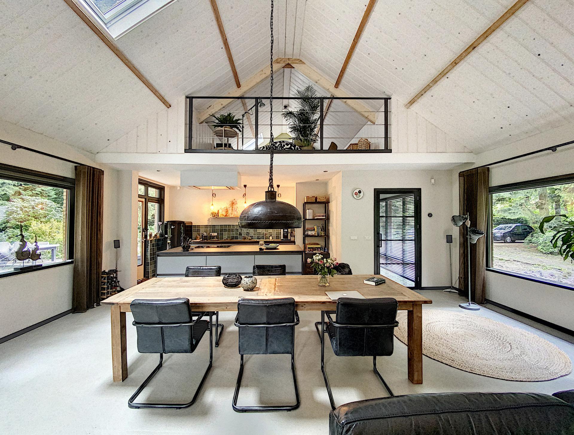 Verbouwing-woning-houten-balken-en-stalen-binnendeuren-4