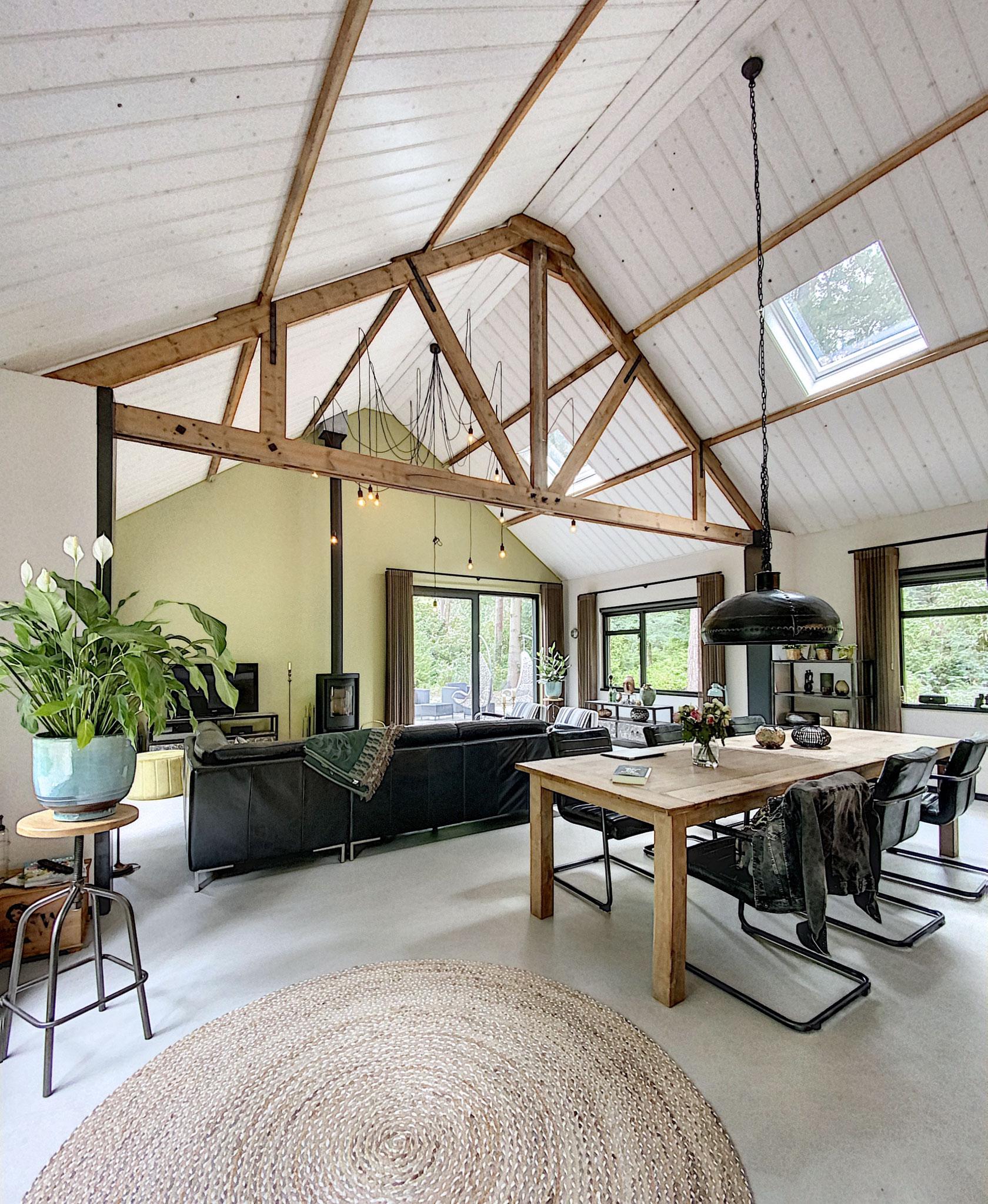 Verbouwing-woning-houten-spanten-in-het-zicht-5